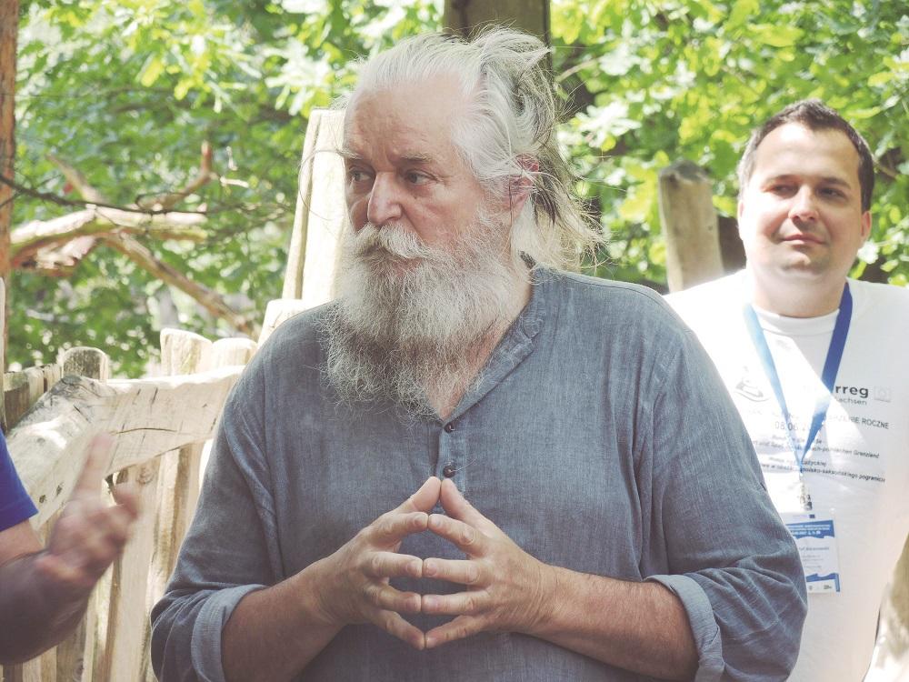 Jürgen Bergmann ist jener Einsiedel-Kopf, der die Inselholzkunst verzapft und heute damit rund einhundert Leute beschäftigt. Als 2004 Schengen über die Neiße schwappte, bauten sie einfach einen eigenen Grenzübergang.