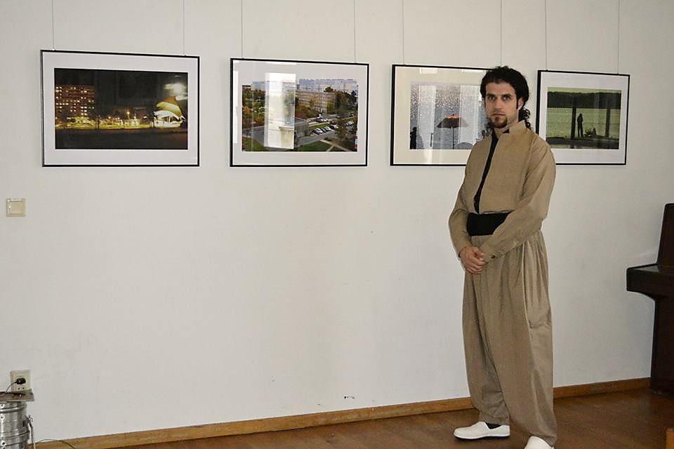"""""""12 Künstler, 12 Sprachen"""": Der Iraner Bijan Teflin vor seinen Fotografien, die u.a. ab dem 7. Mai in der Galerie Fango zusehen sind."""
