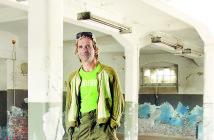 Mike Salomon in einer Halle auf dem Gel‰nde der Ostrale in Dresden. Foto: Amac Garbe, ein-satz-zentrale.de