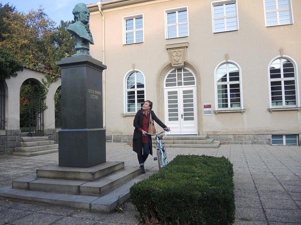 Citymanagerin Hasselbach vor dem Lessingmuseum mit der von ihr neugestalteten Dauerausstellung. Foto: Andreas Herrmann