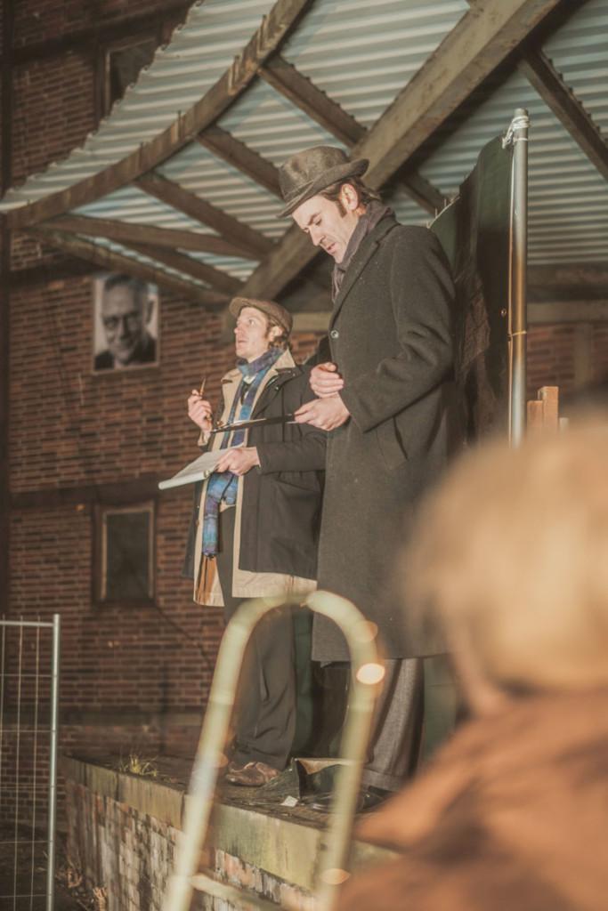 """""""masznehmen#1: Licht an"""", hieß es im Dezember 2018, wobei eine Lichtbrücke der Kommunikation zwischen dem Neufert-Bau und Volkshaus inszeniert wurde. Im Bild die Herren Ernst Neufert (alias Sebastian Straub) und Wilhelm Wagenfeld (alias Heiner Bomhard)."""