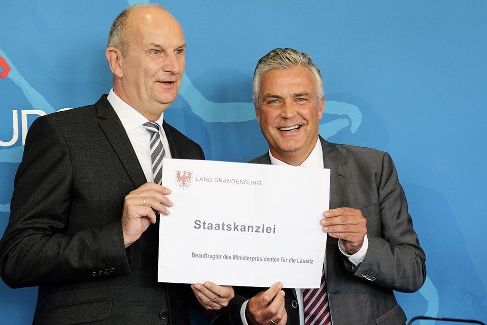 BILD: Dr. Klaus Freytag (r.) mit Dietmar Woidke bei der Ernennung zum Lausitz-Beauftragten. Foto: Staatskanzlei