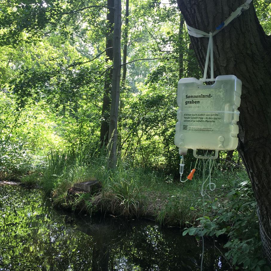 """Installation Wasserwanderung II """"Heimat Infusion – Inklusion"""" von Katalin Pöge. Foto: Lena Bange"""