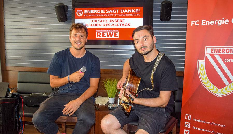 Alex Knappe und sein Gitarrist Robert Kerner stimmen sich auf das Open Air im Sreeauenpark ein. Foto: GZ