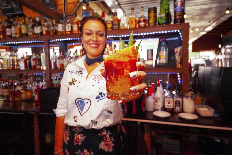 Salute, Prost, à votre santé: Strandpromenade Barchefin Lisa Röder freut sich auf viele Bewerbungen und zeigt schon einmal einen gelungenen Fancy-Drink. Foto: TSPV