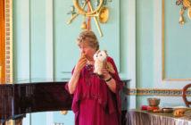 Frau Ute Fisch im Musikzimmer Schloss Branitz. Copyright: SFPM