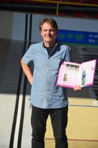 - An der Ziellinie seines Radmarathons präsentiert der Bolzer das Guinnessbuch 2001