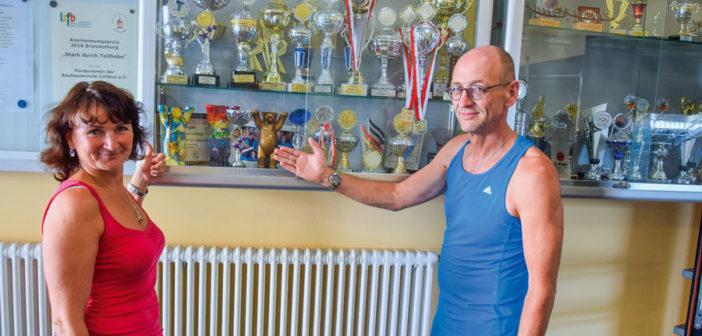 """1.) Hier ist noch Platz für weitere Pokale des Deutschland-Finales """"Jugend trainiert für die Paralympics"""", zeigen Physiotherapeutin Claudia Grafe und Übungsleiter Frank Hildebrandt an"""