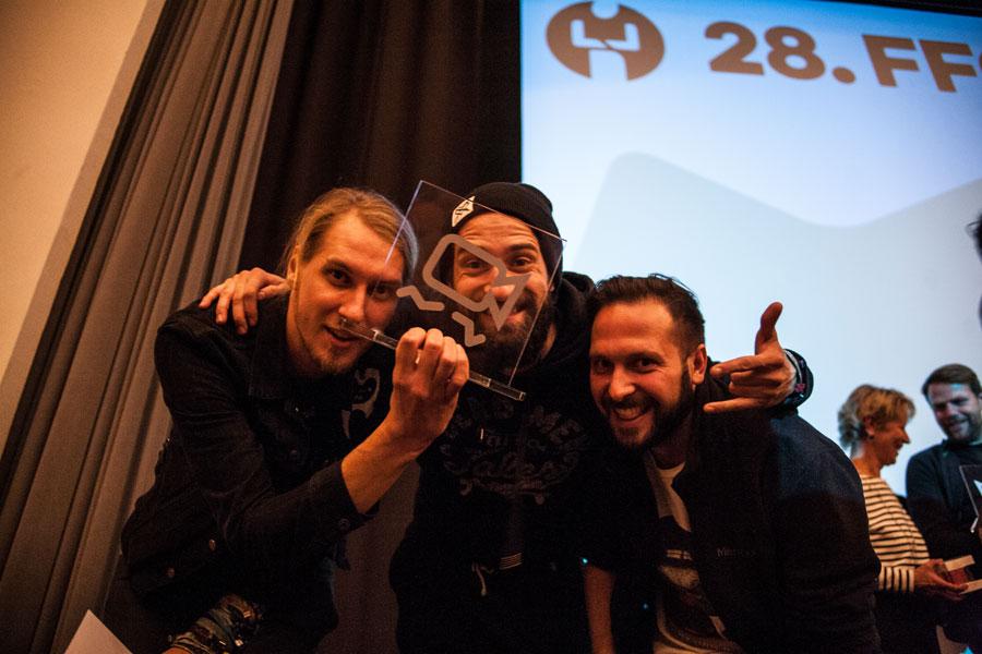 """Glönn Buchholz gewann vergangenes Jahr mit seinem Musikvideo """"Artfremd"""" der Band Verderver – rechts im Bild die Bandmitglieder Vincent und Toni – den mit 250 Euro dotierten Publikumspreis. Foto: TSPV"""