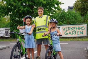 Verkehrshelfer Joel (11) von der Astrid-Lindgreen-Schule in Aktion. Foto: Verkehrswacht